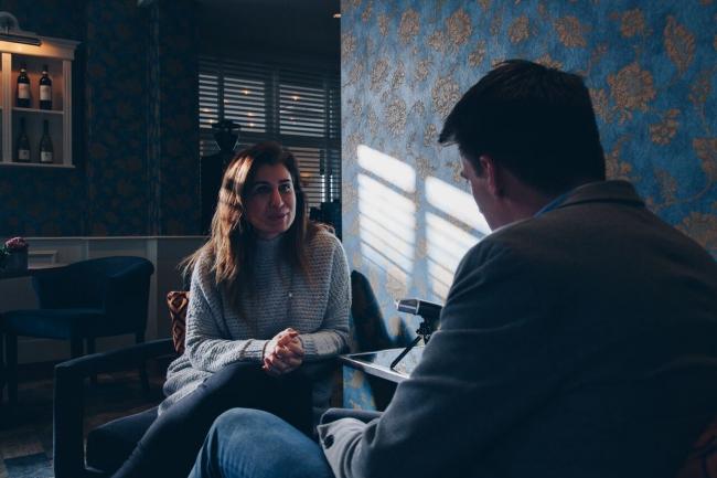 Bessma Momani in gesprek met Mark Snijder (Foto: Thana Faroq)
