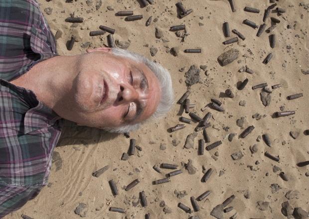 De Iraanse fotograaf Saeid Sadeghi in de documentaire Stronger than a Bullet.