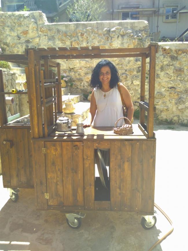 Vivien achter één van haar 'reizende keukens'