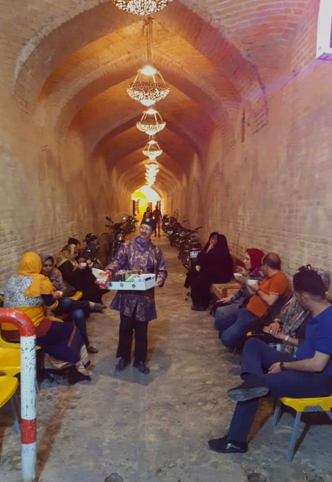 Snackverkoper in de Bazaar van Shiraz. Foto Carool Kersten