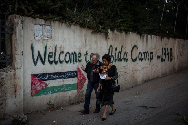 Ahdaf Soueif in vluchtelingenkamp Aida in Bethlehem (foto: Rob Stothard voor The Palestine Festival of Literature).