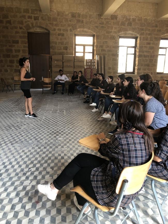 Een slachtoffer van terrorisme geeft voorlichting aan een klas in het kader van PVE (prevention of violent extremism).