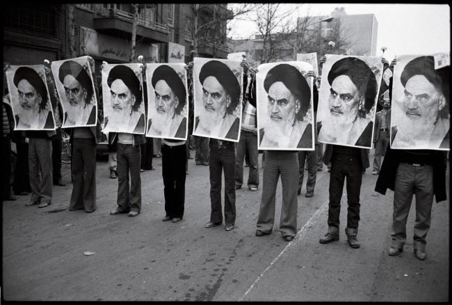 Iraanse revolutie, 1978. Demonstranten met de beeltenis van ayatollah Khomeini (fotograaf onbekend).