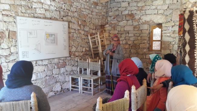 Latifa Oumlil (staand) met de vrouwen uit het dorp.