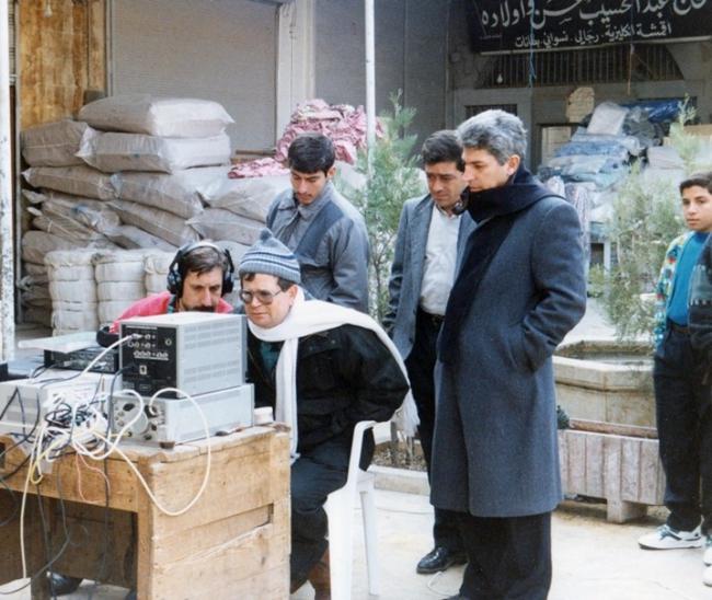 Regisseur Haitham Haqqi (brildragend) op de set van de Zijden Markt, Khan al-Harir