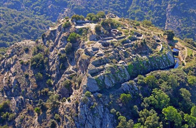 De burcht van de Saracenen bei het plaatsje La Garde-Freinet in het Massif des Maures in Zuid-Frankrijk