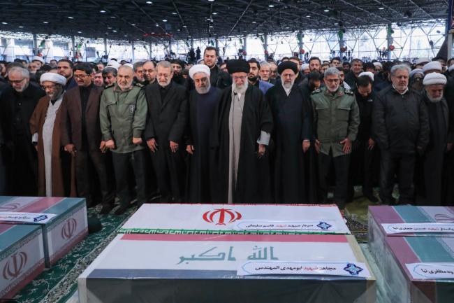 Begrafenis van Qasem Soleimani, op 6 januari 2020 in Teheran. In het midden de Iraanse geestelijk leider Khamenei, naast hem, met de witte tulband, president Rohani ©Foto khamenei ir./Wikimedia commons