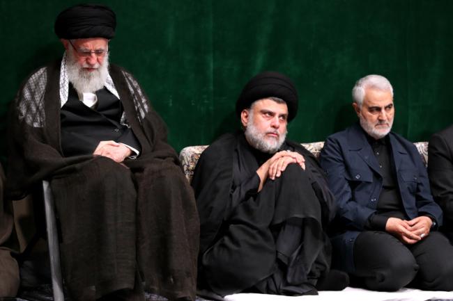 Moqtada al-Sader in 2019 in Teheran, geflankeerd door geestelijk leider Khamenei en Qasem Soleymani ©khamenei.ir/Wikimedia Commons