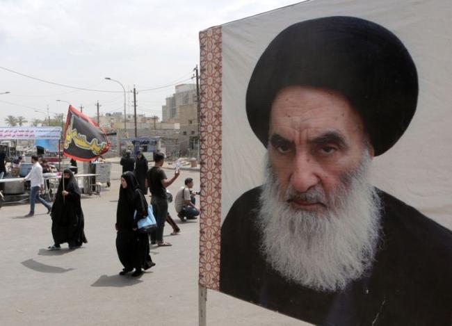 Poster van de Iraakse sjiitische voorman ayatollah Ali al-Sistani in Bagdad. © AP