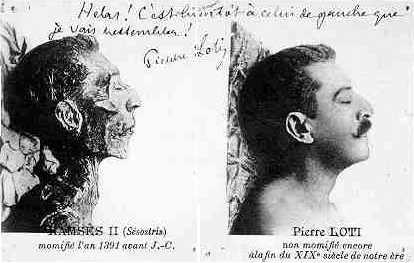 Excentriek: Portret op een ansichtkaart met de mummie van Farao Ramses II in het Egyptische museum van Cairo