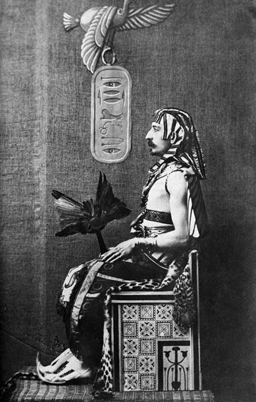 Dromer: Loti ziet zich zelf als Farao